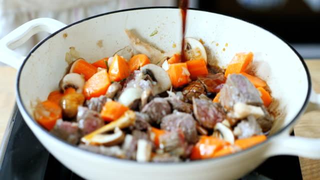 鍋にビーフ ストックを追加します。 - 煮込み料理点の映像素材/bロール