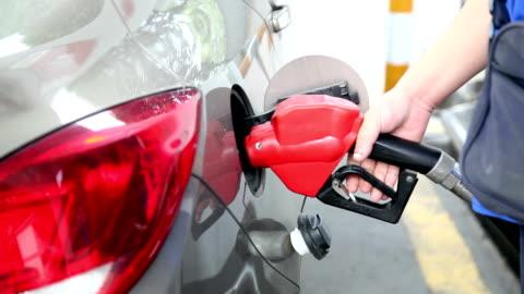 vídeos y material grabado en eventos de stock de añadir combustible en el coche - echar combustible