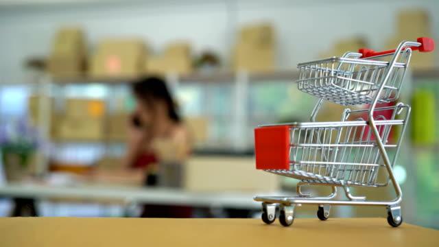 vídeos de stock e filmes b-roll de add to cart - carrinho de compras