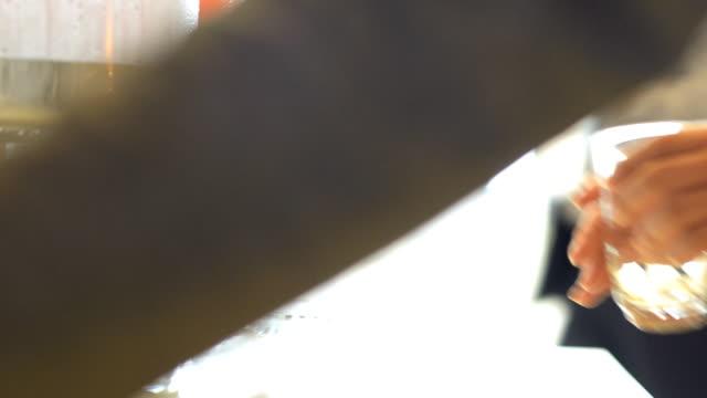 vídeos de stock e filmes b-roll de adicionar água - copo vazio