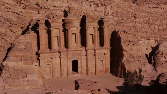 vídeos de stock e filmes b-roll de ad-deir monastery in petra, jordan. view from above - petra