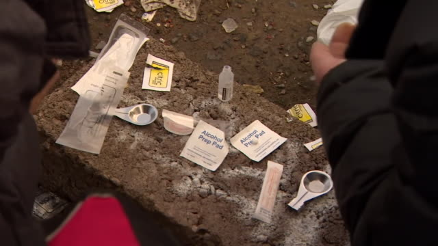 stockvideo's en b-roll-footage met addicts preparing heroin syringes for injection - injecting heroin