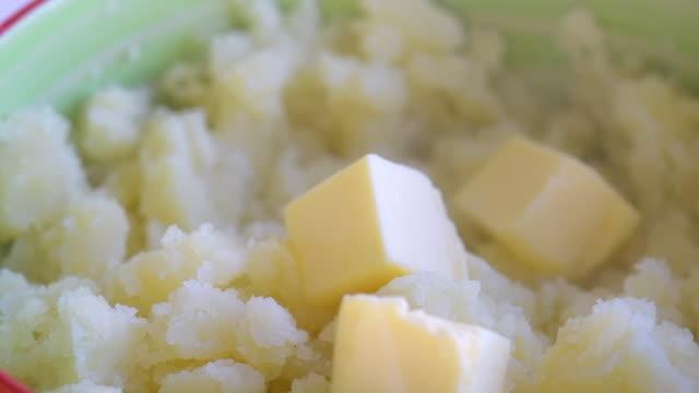 ホットポット、スローモーションにバターの正方形を追加 - マッシュポテト点の映像素材/bロール
