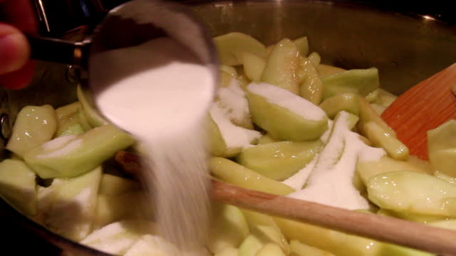Hinzufügen von Apfelkuchen Mischung aus Zucker