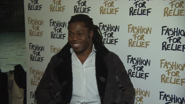 ade adepitan at fashion for relief charity fashion show & interviews at somerset house on february 19, 2015 in london, england. - ファッションフォーリリーフ点の映像素材/bロール