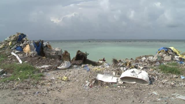ademas de un millar de islas rodeadas de agua azul turquesa, las maldivas tienen un problema: una isla de la basura que supone un desastre ambiental... - azul stock-videos und b-roll-filmmaterial