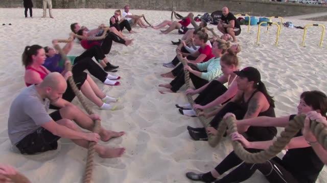 adios a los gimnasios cerrados cada vez mas australianos se anotan en cursos de entrenamiento de estilo militar al aire libre donde sudan mucho pero... - aire libre stock-videos und b-roll-filmmaterial