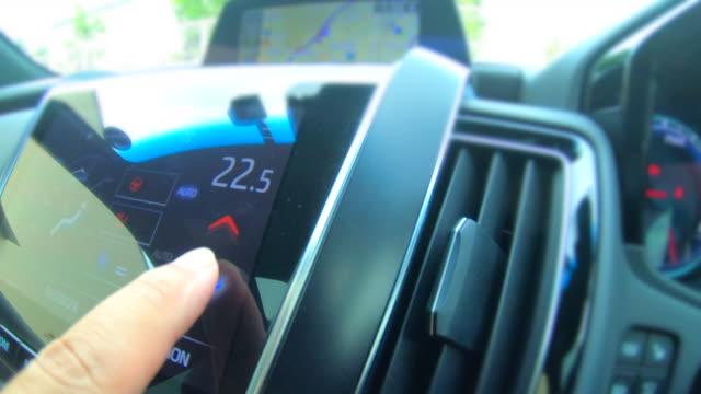 vídeos de stock e filmes b-roll de adjust temperature of car air conditioner - cold temperature