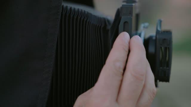 justera medellång format kamera - tilt shift - leksak bildbanksvideor och videomaterial från bakom kulisserna