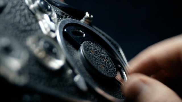 昔ながらのビンテージ アナログ時計じかけ 8 mm の古典的な映画カメラのメカニズムを調整します。使用可能なオーディオ - 8ミリフィルム映写機点の映像素材/bロール