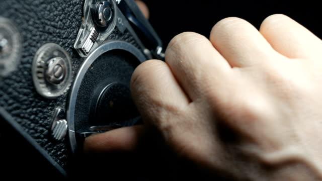 den mechanismus einer altmodischen vintage analog uhrwerk 8mm filmklassiker kamera einstellen. audio verfügbar - audio available stock-videos und b-roll-filmmaterial