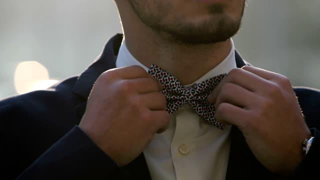 einstellen der krawatte - schleife stock-videos und b-roll-filmmaterial
