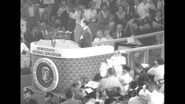 vidéos et rushes de adlai stevenson ends his acceptance speech for nomination as democratic candidate for president as he appears at the democratic national convention... - adlai stevenson