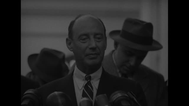 vidéos et rushes de adlai stevenson stands at microphones answers questions from press / sot just had a very pleasant talk and luncheon with the president and few... - adlai stevenson