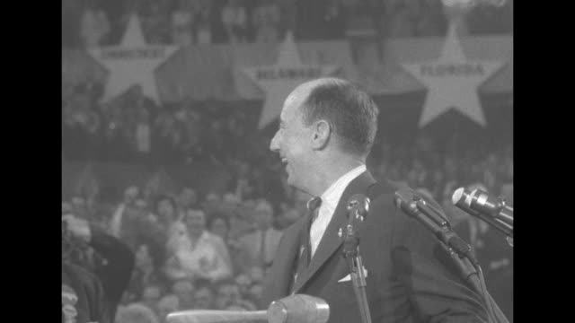 vidéos et rushes de adlai stevenson walks up to podium at 1956 democratic national convention at the international amphitheatre in chicago waves to crowd turns to people... - adlai stevenson