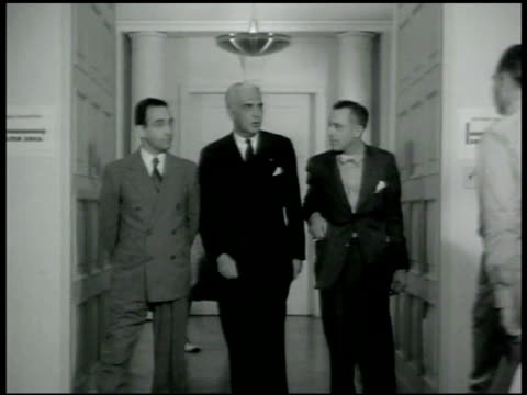 vidéos et rushes de administrator of the federal security agency paul v mcnutt walking down hallway w/ others cu paul v mcnutt - 1942