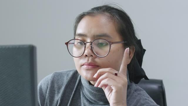 vidéos et rushes de les administrateurs ou les webmasters âgés de 20 à 30 ans appellent les clients. cette commande en ligne via le site - vidéo portrait
