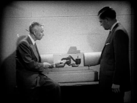 vidéos et rushes de s admiral george rickover w/ unidentified male using model to demonstrate nuclearpowered submarine engine operation rods rising propellar turning... - 1952
