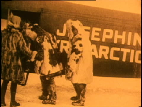 admiral richard e. byrd shakes hands with other men in front of his josephine ford fokker trimotor airplane. - 毛皮のコート点の映像素材/bロール