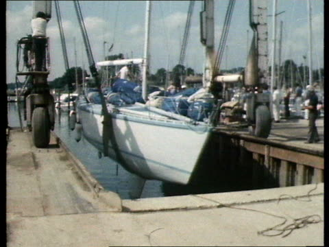 admiral's cup - edward heath's boat suffers a broken rudder; england: yacht - morning cloud, people below looking at rudder: people standing on boat... - エドワード ヒース点の映像素材/bロール