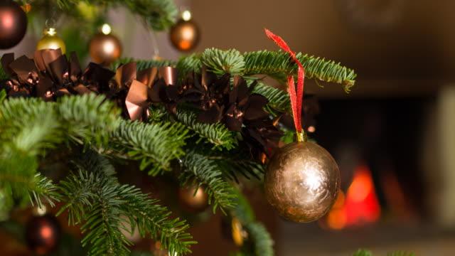 vídeos de stock, filmes e b-roll de a admirar lindamente decorada árvore de natal - decoração de natal
