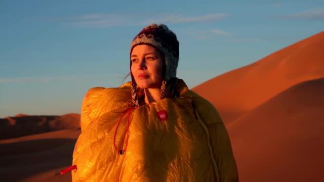vídeos y material grabado en eventos de stock de admirando el atardecer desierto - naranja color