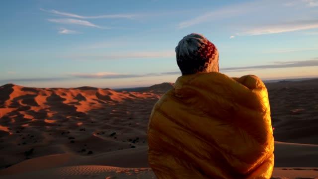砂漠のサンセットを眺め - 寝袋点の映像素材/bロール