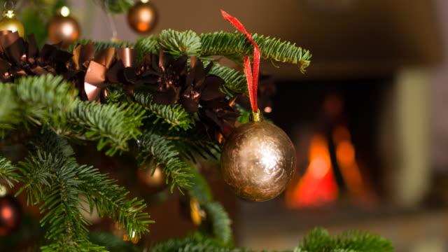 クリスマス ツリーを眺め - ティンセル点の映像素材/bロール
