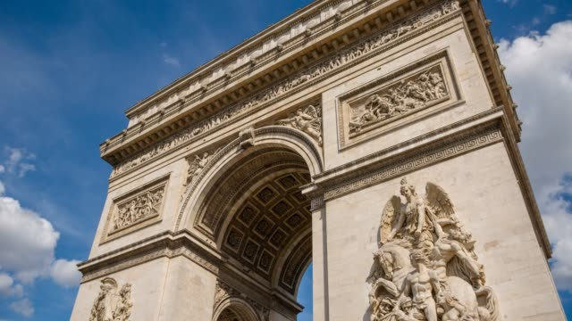 admiring the majestic arc de triomphe - arco architettura video stock e b–roll