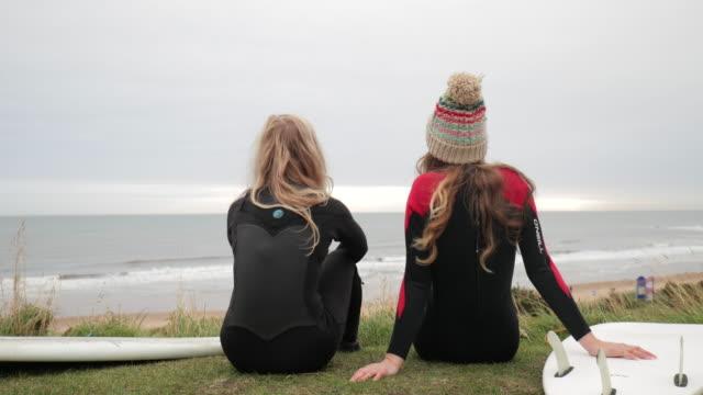 Genießen Sie den Blick vor einem Morgen Surf