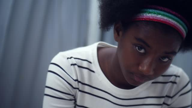 vídeos de stock, filmes e b-roll de adolescência , close-up - só uma adolescente menina