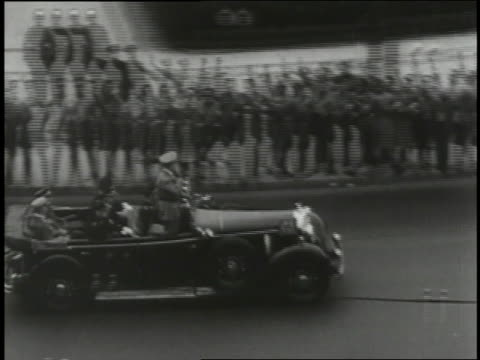 vidéos et rushes de adolf hitler attends the olympics in berlin and refuses to award a gold medal to champion runner jesse owens. - adolf hitler