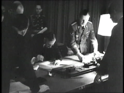 stockvideo's en b-roll-footage met adolf hitler benito mussolini french premier edouard daladier british prime minister neville chamberlain and nazi leader hermann goering gather... - 1938