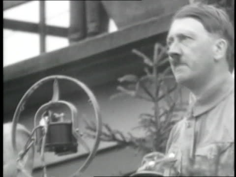 vídeos de stock, filmes e b-roll de adolf hitler delivers an emphatic speech and a crowd of german soldiers gives the fascist salute. - adolf hitler