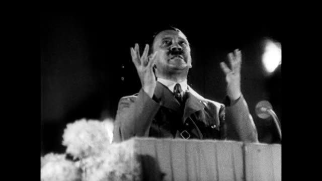 vidéos et rushes de adolf hitler gesturing wildly to enthusiastic crowd / nazis in audience clapping in approval - 1934