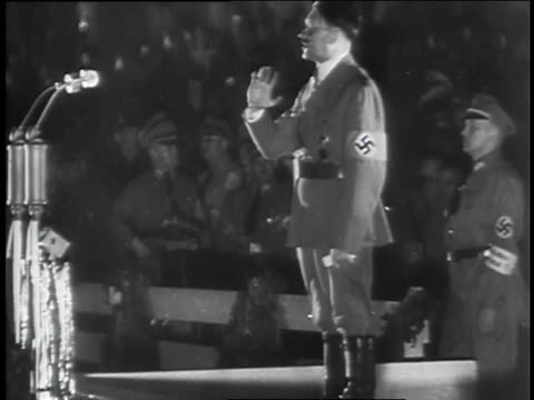 vídeos de stock e filmes b-roll de adolf hitler gives a speech; nazi soldiers march in a city. - nazismo