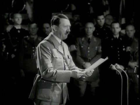 vídeos de stock, filmes e b-roll de adolf hitler talking w/ paper at podium speech generals & officers standing bg. large crowd w/ raised nazi salute. germany. nazi rally. - adolf hitler