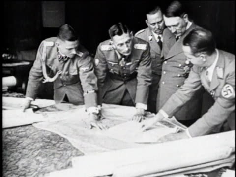 vídeos de stock, filmes e b-roll de adolf hitler with military advisors looking at map / germany - wehrmacht
