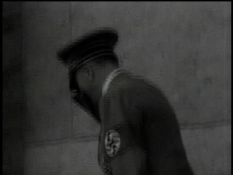 vídeos de stock, filmes e b-roll de adolph hitler saluting screaming unseen crowd goering and other military officers in background / sudetenland czechoslovakia - wehrmacht