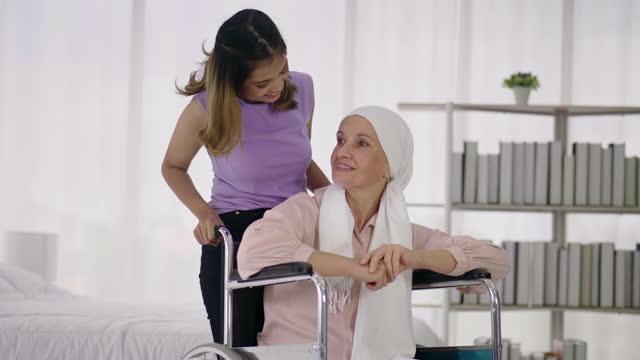 リビングルームでの養父母 - 義母点の映像素材/bロール