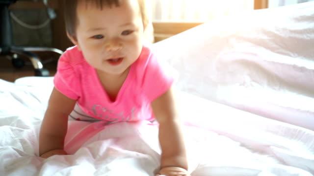 かわいいアジアの赤ちゃん面白いクロール - 這う点の映像素材/bロール