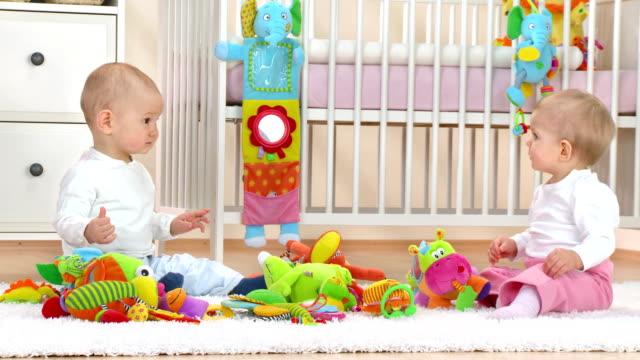 vídeos de stock e filmes b-roll de hd: adoráveis bebés in nursery - quarto do bebé