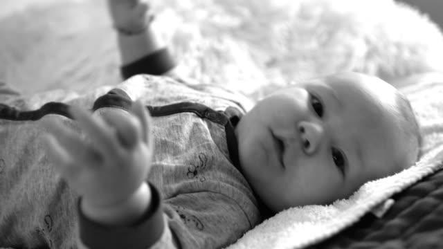 vídeos de stock, filmes e b-roll de adorável bebê menino - só bebês meninos