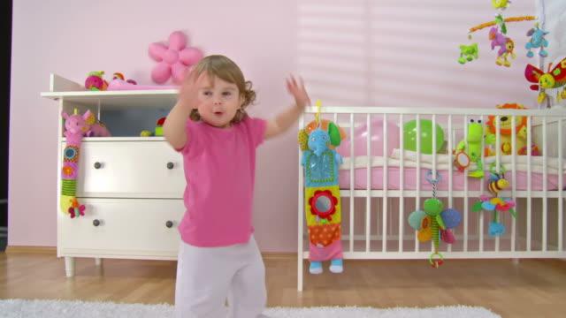 hd クレーン:可愛らしい赤ちゃんの女の子のダンス - 赤ちゃんのみ点の映像素材/bロール