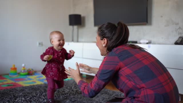 vidéos et rushes de bébé adorable fait ses premiers pas à sa mère - premiers pas