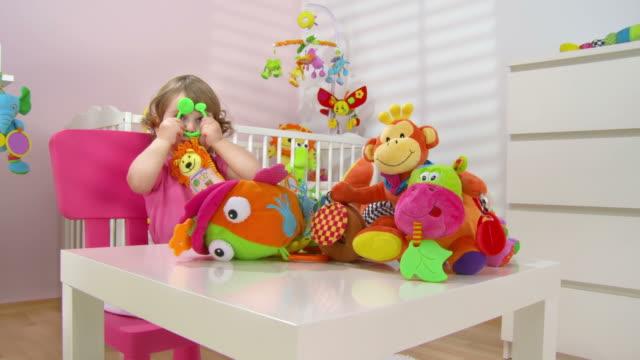 hd クレーン:可愛らしい赤ちゃんの女の子のおもちゃで遊ぶ - 生後18ヶ月から23ヶ月点の映像素材/bロール