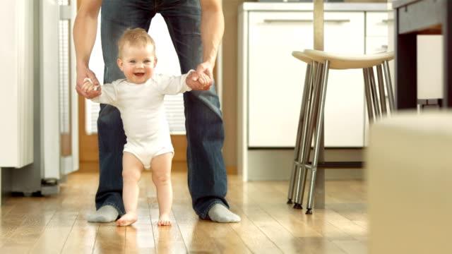 Hübsche Baby-Mädchen, die ihre erste Schritte