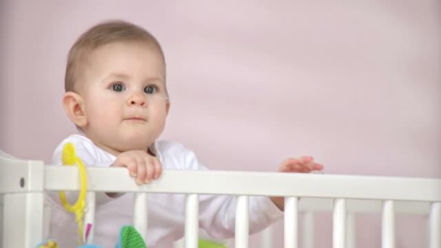 HD: Hübsches Baby im Kinderbett
