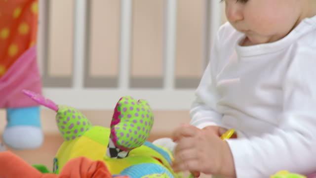 HD: Adorable Kinder spielen mit Spielzeug