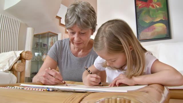 vídeos y material grabado en eventos de stock de hd: dibujos encantadores chica con su abuela - con mucha luz